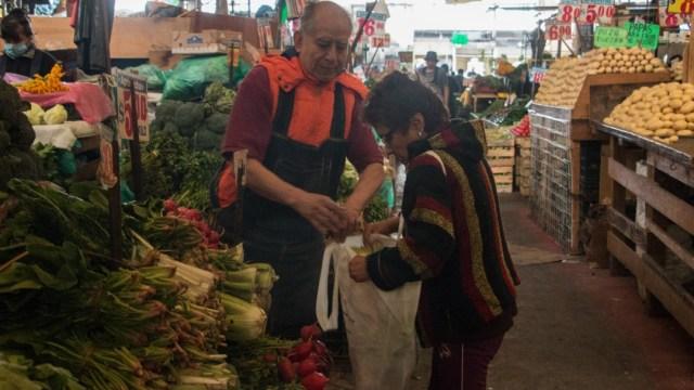 Con bolsas y contenedores, acuden a comprar a mercados CDMX
