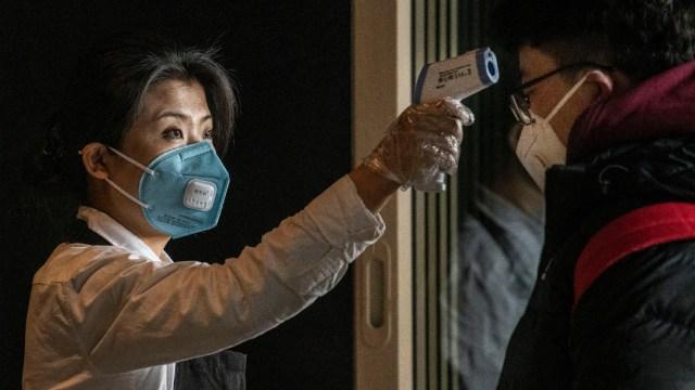 FOTO Confirman caso de coronavirus sin síntomas en China; en la imagen, un filtro sanitario (Getty Images)