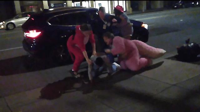 Foto Mujer golpeada por su novio es rescatada por un dinosaurio y sus amigos 23 enero 2020