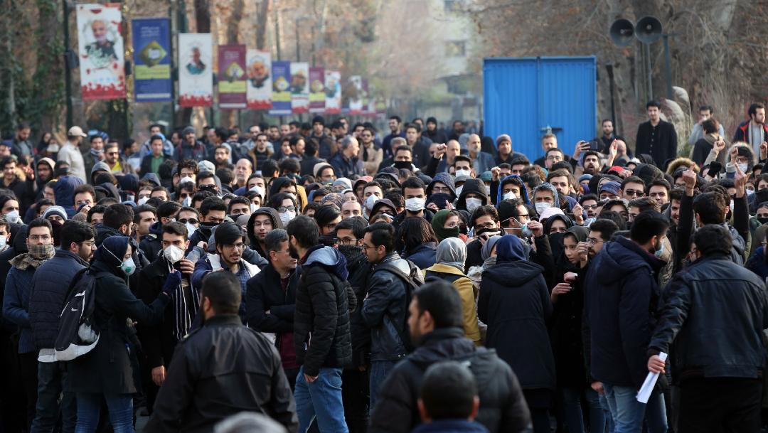 FOTO: Estudiantes iraníes protestan tras el derribo del avión ucraniano, el 14 de enero de 2020