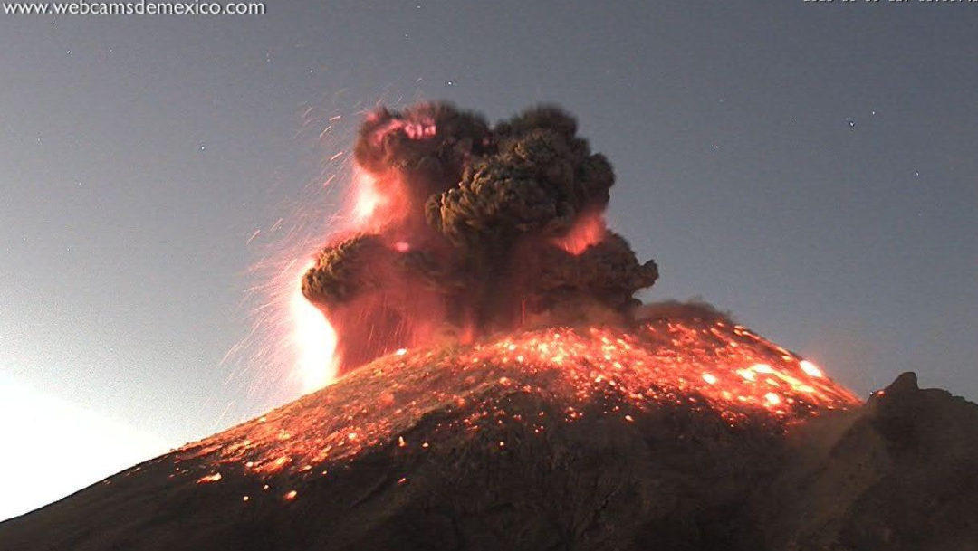 El Popo registra explosión con ceniza y material incandescente