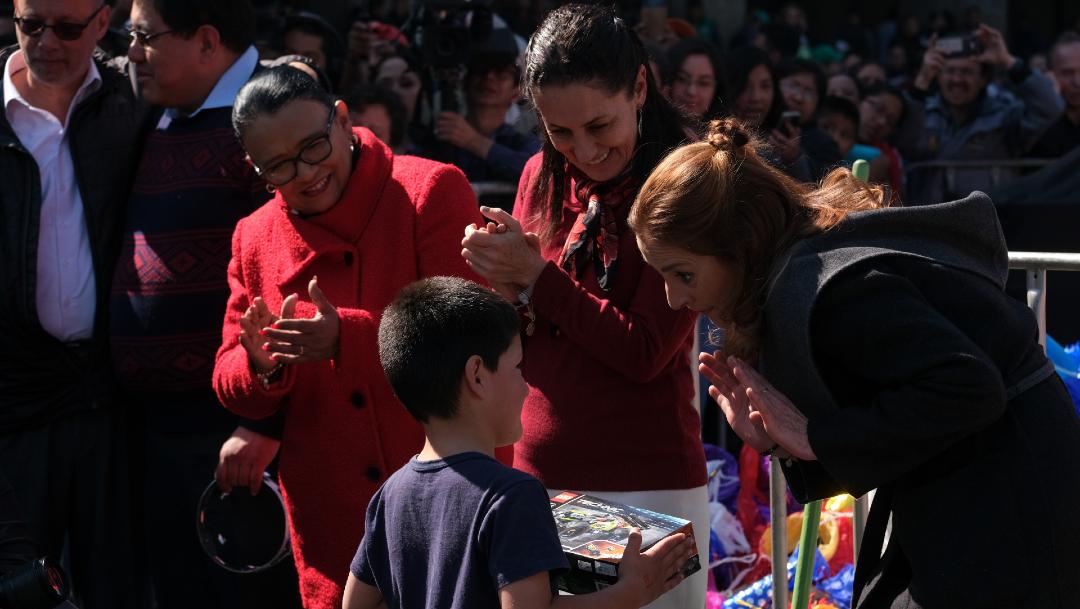 FOTO: Beatriz Müller otorgó regalos a los niños que asistieron a la celebración de Reyes Magos en la CDMX, el 06 de enero de 2020