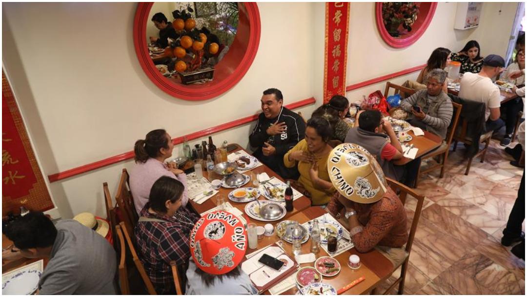 Foto: Asistentes al Barrio China prueban platillos orientales en festejos del Año Nuevo Chino, 25 de enero de 2020 (EFE)