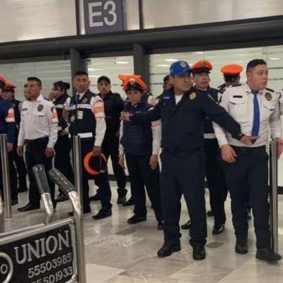 Foto: Policías vigilan la estrada al Aeropuerto Internacional de la Ciudad de México. Noticieros Televisa/Alan Hernández