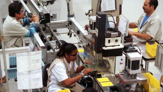 Foto: Personas trabajan en una maquiladora en la ciudad de Matamoros. Getty Images