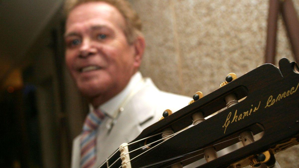 Foto: Benjamín 'Chamín' Correa posa con una guitarra en las manos. Cuartoscuro