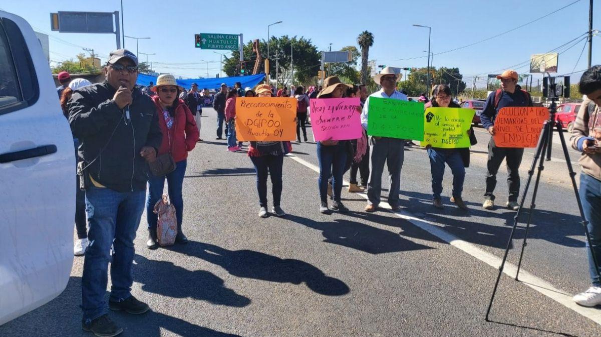 CNTE bloquea carreteras y aeropuerto de Oaxaca