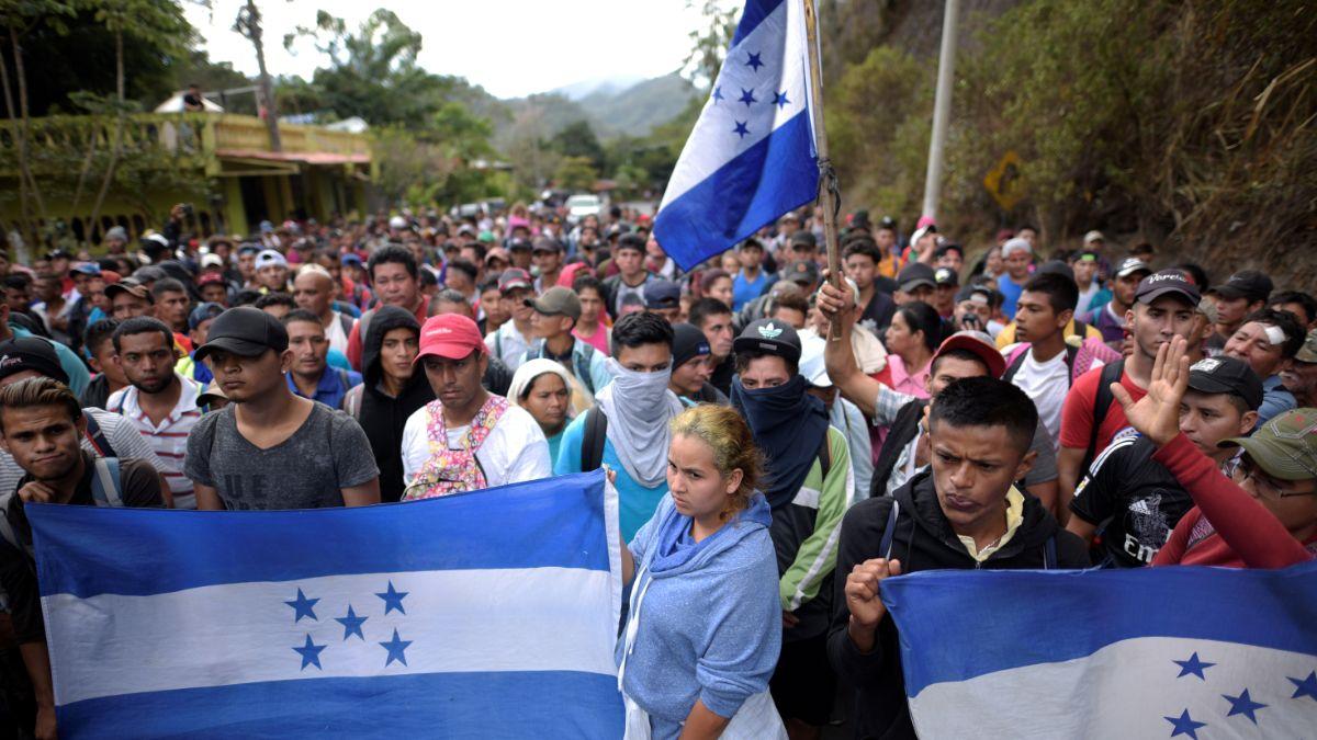 Foto: Cientos de migrantes hondureños avanzan en caravana por Guatemala. Reuters