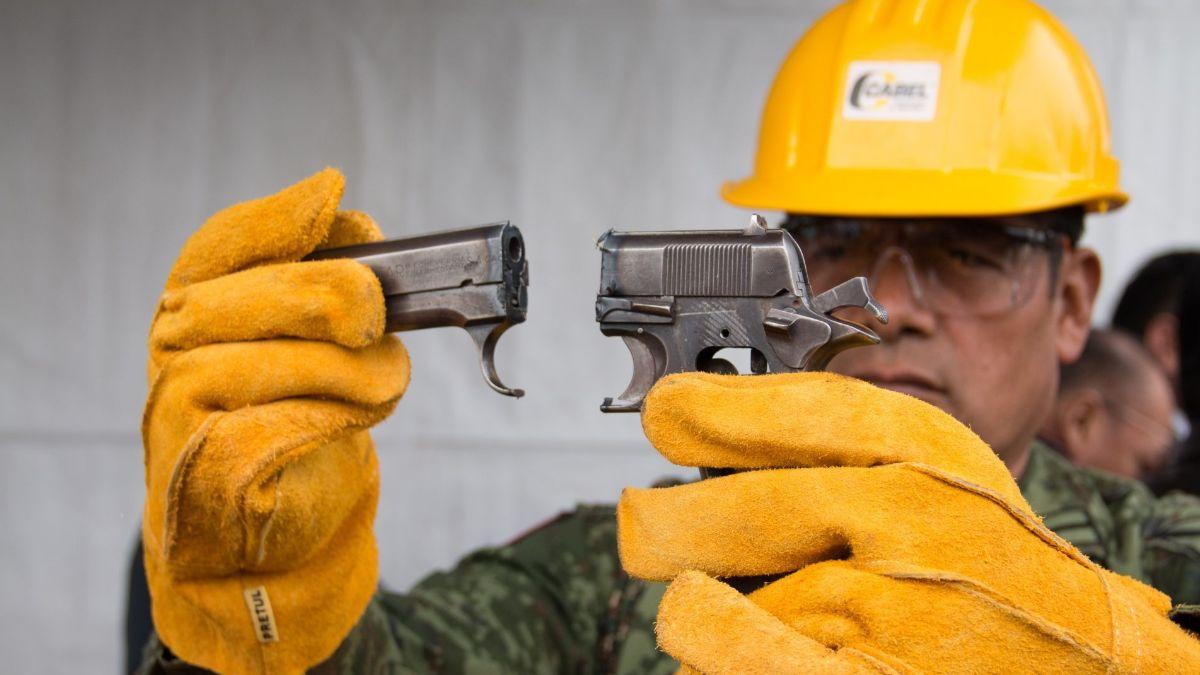 Foto: Un militar destruye una pistola. Cuartoscuro