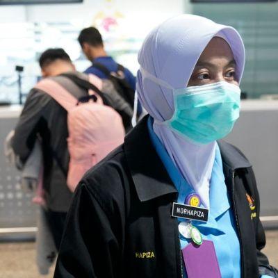 Foto: Un turista chino usa cubreboca en el aeropuerto de Malasia. AP