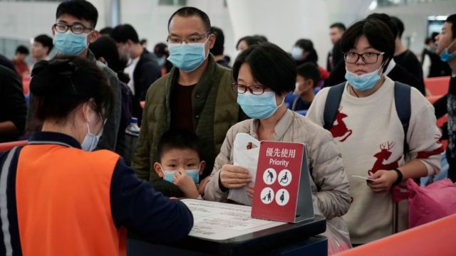 Foto: Un grupo de pasajeros usan cubreboca en una estación del tren en Hong Kong. AP