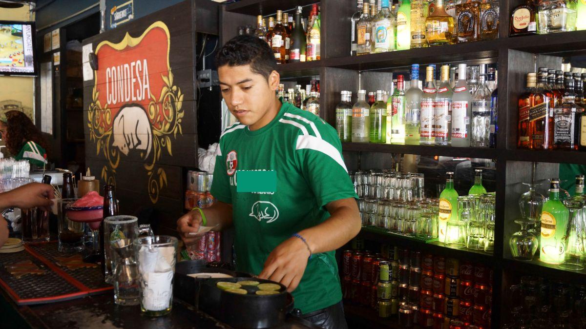 Foto: Un cantinero trabaja en un bar de la Condesa, CDMX. Cuartoscuro/Archivo