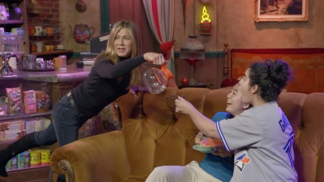 Foto: Jennifer Aniston sirve café a dos fans. The Ellen DeGeneres Show/YouTube