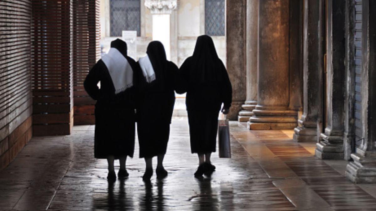 Foto: Tres monjas caminan por calles de Venecia. Getty Images