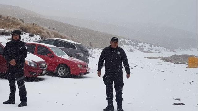 Foto: Policías vigilan las entradas al Nevado de Toluca.