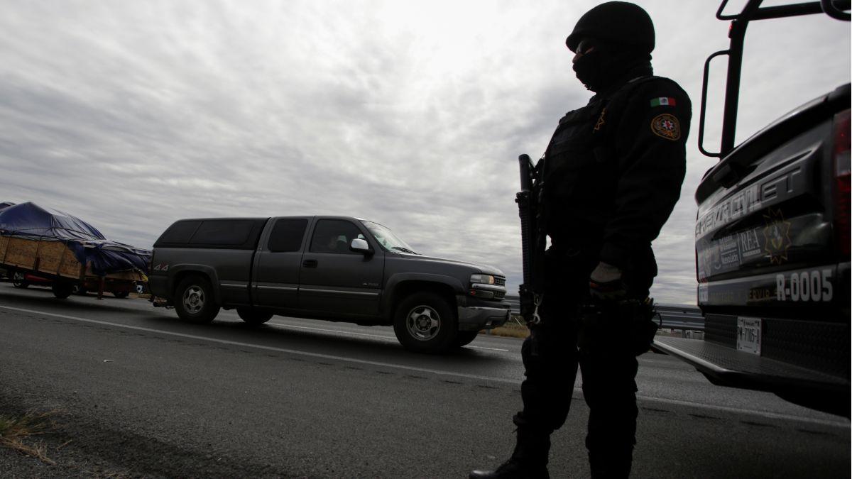 Foto: Un policía estatal vigila una carretera de Nuevo Laredo, Tamaulipas. Reuters