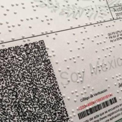 Foto: Acta de nacimiento impresa en sistema Braille.
