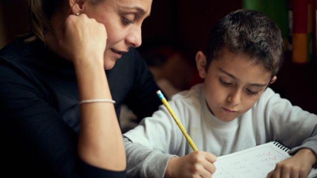 Foto: Una madre ayuda con la tarea a su hijo. Getty Images
