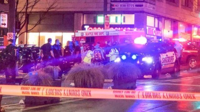 Foto: Servicios de emergencia atiende a los heridos por un tiroteo en Seattle, EEUU. AP