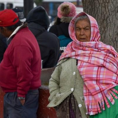 Foto: Con abrigos y chamarras salieron en la mayoría de personas a realizar sus labores cotidianas debido a la baja temperatura en México, 4 enero 2020