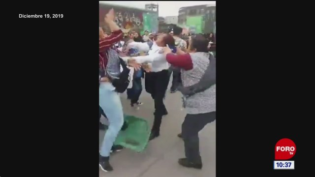 Foto: graban rina entre comerciantes ambulantes y policias en zocalo cdmx, 3 de enero de 2020
