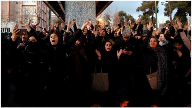 Foto: Iraníes protestan en las calles por derribo de avión ucraniano por error, 11 de enero de 2020 (EFE)
