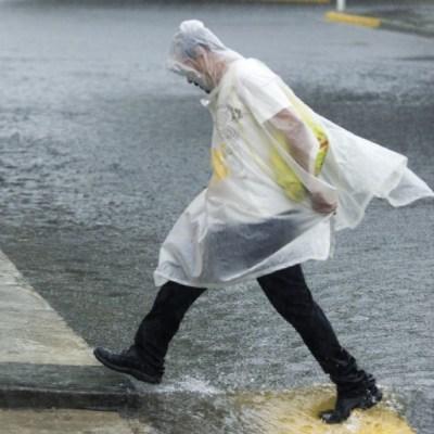 Foto: Una persona se cubre de la fuerte lluvia que se registra en México, 24 enero 2020