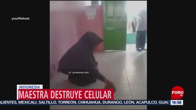 FOTO: maestra destroza telefono celular de alumno en clase