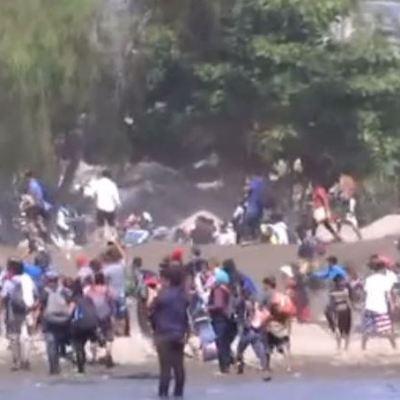 Migrantes cruzan el río Suchiate que separa Guatemala de México