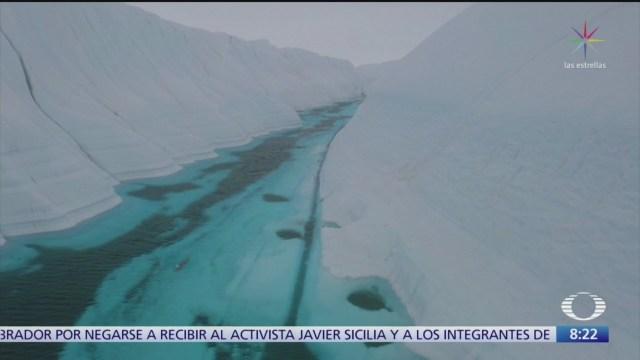 nadador recorre 300 metros bajo el hielo antartico