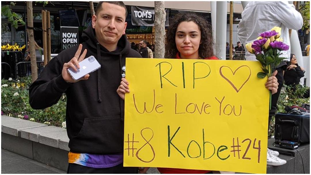 Foto: Una pareja sostiene un cartel en homenaje al exjugador de la NBA Kobe Bryant, 26 de enero de 2020 (EFE)