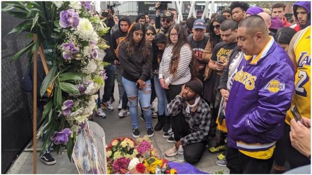 Foto: Decenas de personas participan en un homenaje al exjugador de la NBA Kobe Bryant, 26 de enero de 2020 (EFE)