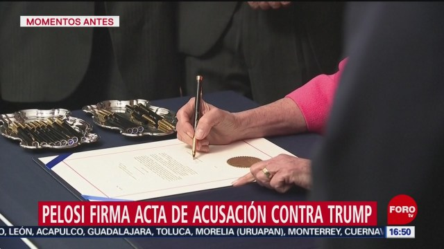 FOTO: pelosi firma acta de acusacion contra donald trump