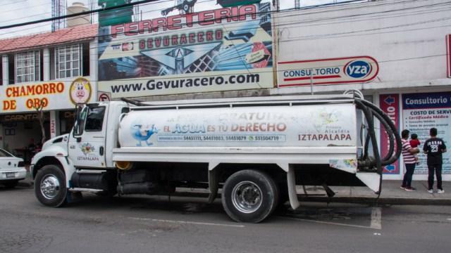 Foto: Pipas con agua potable abastecen a las colonias afectadas por el corte en Iztapalapa, 25 junio 2019