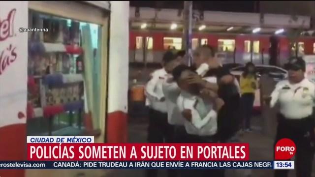 FOTO: policias capitalinos someten a sujeto en metro portales cdmx
