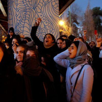 Policía iraní niega haber atacado con armas de fuego a manifestantes