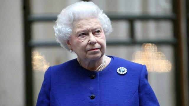 FOTO: Reina Isabel II, 'disgustada' tras anuncio de retirada de los duques de Sussex