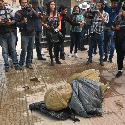 Retiran a martillazos un busto de Evo Morales en un coliseo en Bolivia