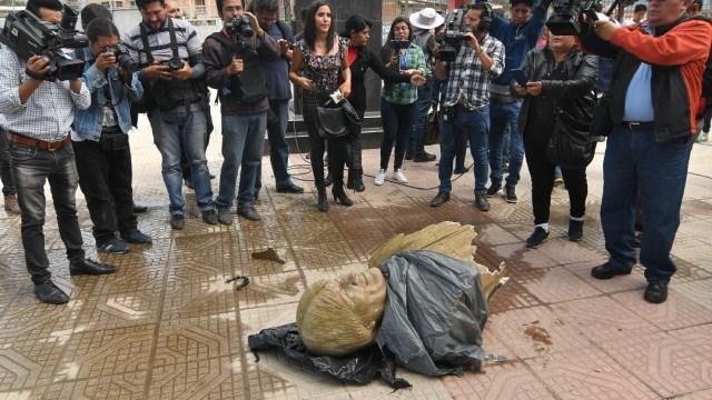 Foto: Retiran a martillazos un busto de Evo Morales en un coliseo en Bolivia
