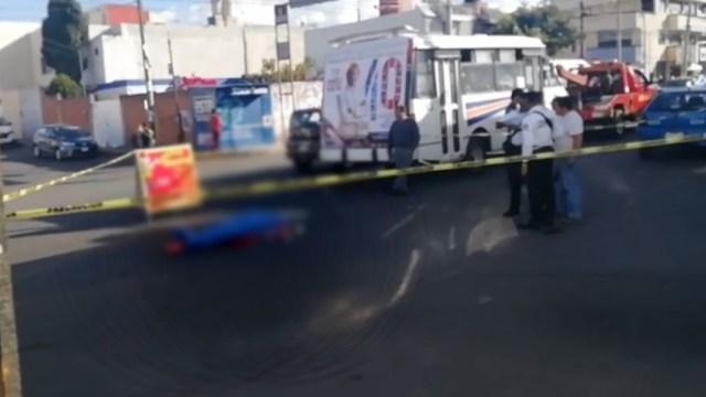 Foto: Bajo una sábana azul, el cuerpo de Teresa quedó tendido en el asfalto; paramédicos arribaron al lugar únicamente para certificar el deceso de la mujer