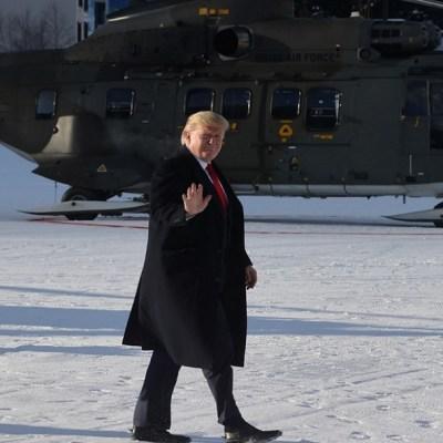 Trump llega a Davos antes de reanudarse el juicio político en su contra