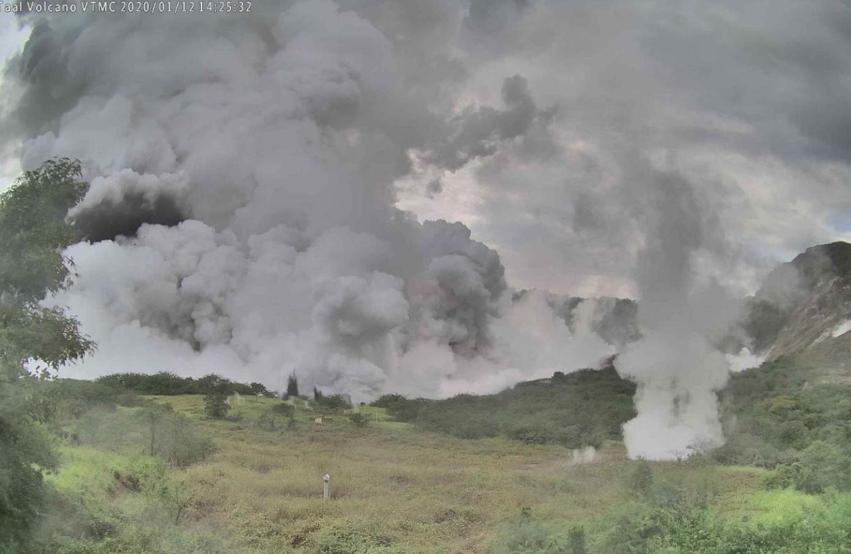 Foto: La actividad del volcán de Taal se incrementó y generó una erupción de humo de un kilómetro de altura