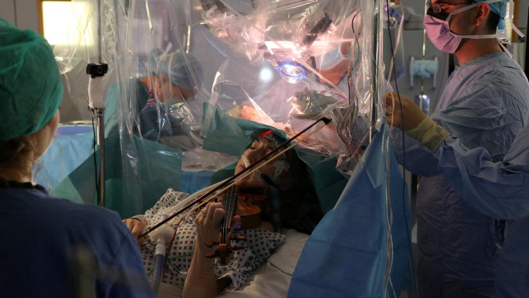 mujer toca violin en cirugia