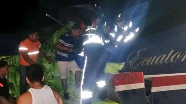 Foto: Accidente de tráfico entre un autobús de transporte público y un tráiler deja 7 muertos en Ecuador, 22 febrero 2020