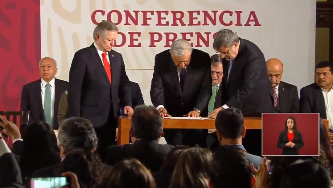 Foto: AMLO firma la iniciativa de reforma al Poder Judicial