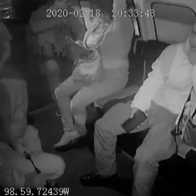 Video: Ladrones descubren y golpean a mujer policía en combi
