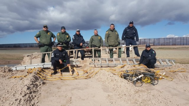 Aseguran escaleras usadas para brincar muro en Chihuahua