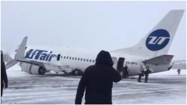 Foto: Avión aterrizó con el tren de aterrizaje roto en Rusia, 9 de febrero de 2020 (Twitter @RuAviaPhotog)