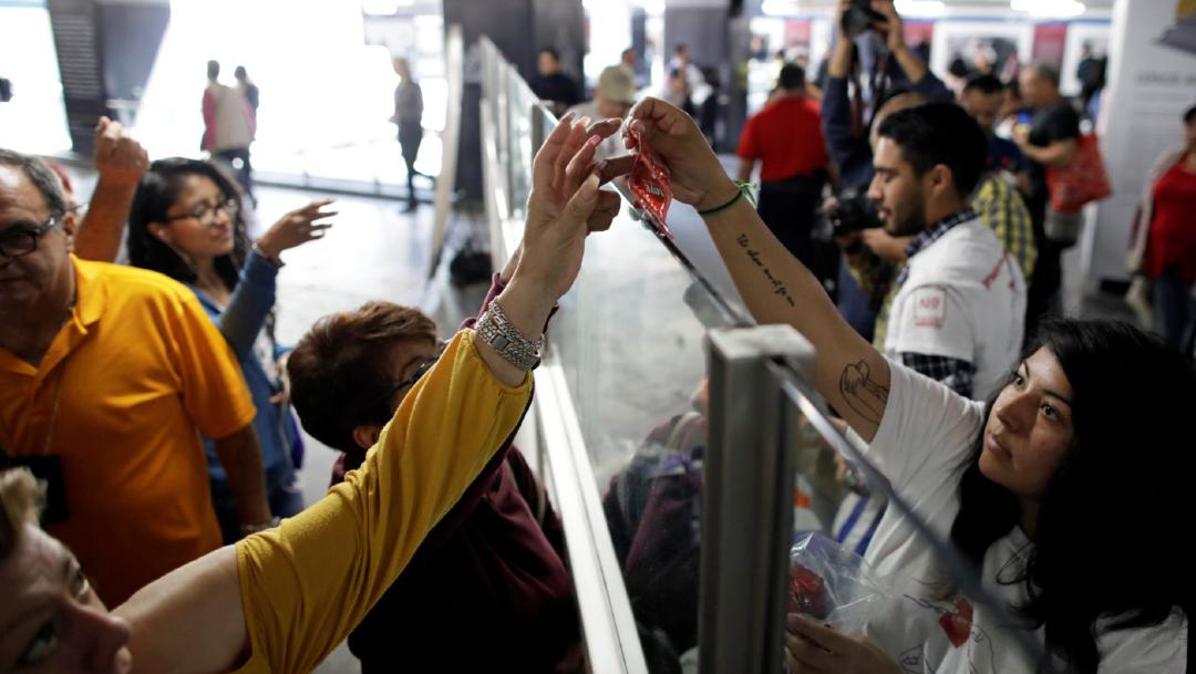 Foto: Por San Valentín, regalan miles de condones en el Metro de CDMX 13 de febrero de 2020, (Reuters)