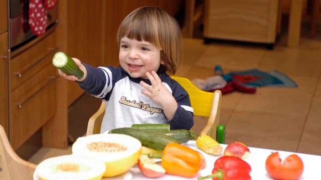 Bebes-comparten-comida-estudio-altruismo-compartir